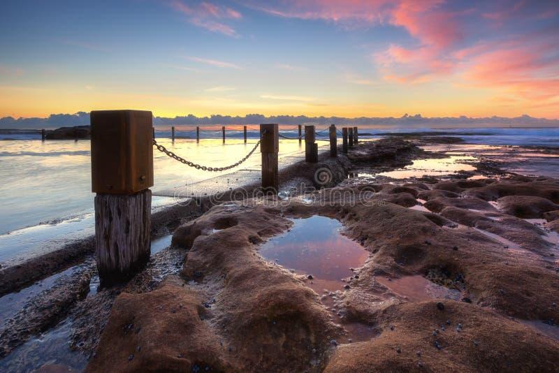 Lo stagno della roccia di Maroubra ha catturato durante l'alba a Sydney fotografia stock