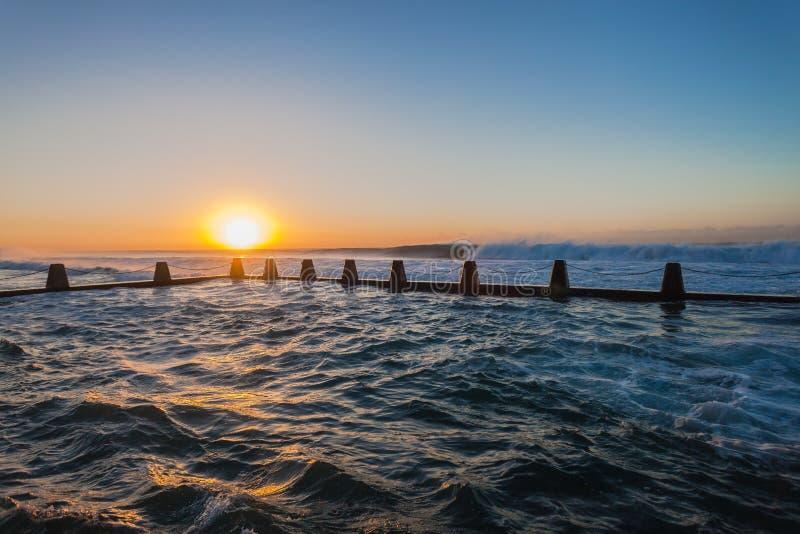 Lo Stagno Di Marea Dell Oceano Ondeggia L Alba Immagini Stock Libere da Diritti