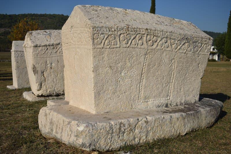 Lo stecci famoso nella necropoli medievale di Radimlja fotografie stock