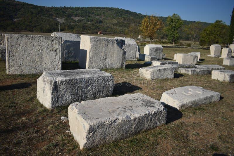 Lo stecci famoso nella necropoli medievale di Radimlja fotografia stock