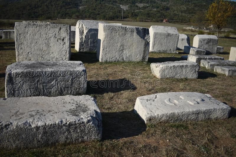 Lo stecci famoso nella necropoli medievale di Radimlja immagine stock libera da diritti