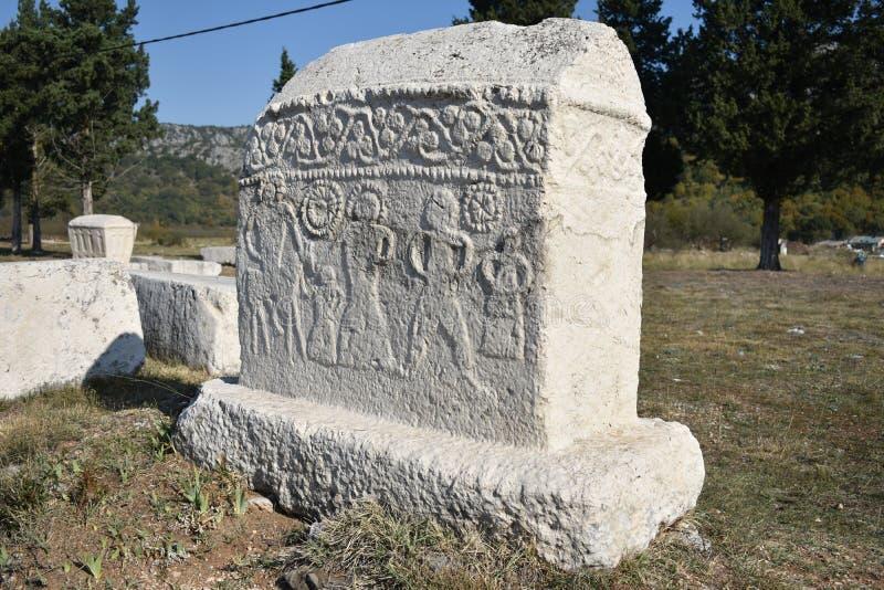 Lo stecci famoso nella necropoli medievale di Radimlja fotografie stock libere da diritti