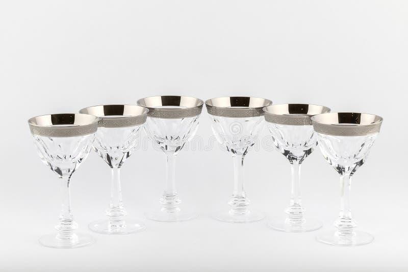 Lo Stemware ha sfaccettato i vetri fatti di vetro ceco con un ornamento d'argento isolato su un fondo bianco immagini stock
