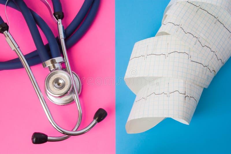 Lo stetoscopio ed il nastro medici dell'elettrocardiogramma con l'impulso rintracciano in un fondo di due colori: blu e rosa Conc immagine stock