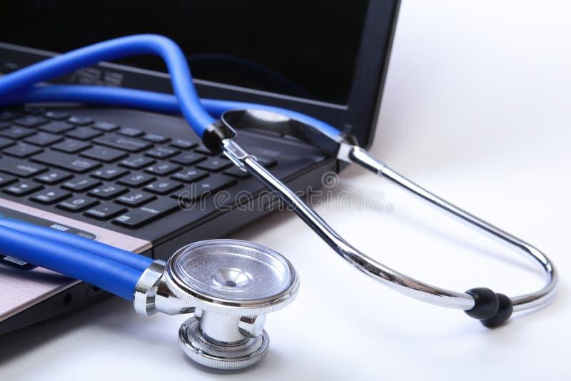 Lo stetoscopio sulla tastiera del computer portatile, stetoscopio sulla tastiera del pc, stetoscopio medico che riposa sullo scri immagine stock libera da diritti