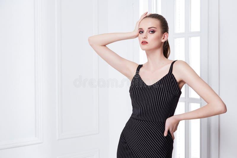 Lo stile abbastanza bello sexy di modo della donna del ritratto copre il modello immagine stock