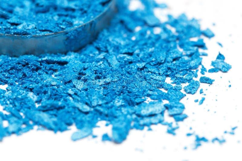 Lo stile artistico ha schiantato l'ombretto in blu luminoso su fondo bianco immagini stock