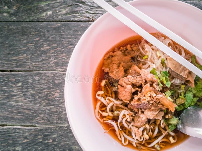 Lo stile cinese ha stufato la minestra di pasta della carne immagine stock