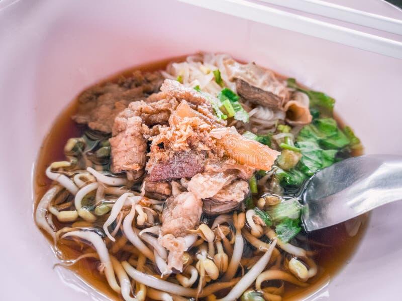 Lo stile cinese ha stufato la minestra di pasta della carne immagini stock