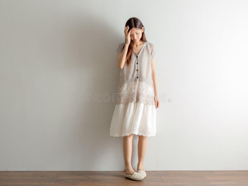 Lo stile del progettista del modello della donna di Mori Girl Asian si rilassa a casa immagini stock