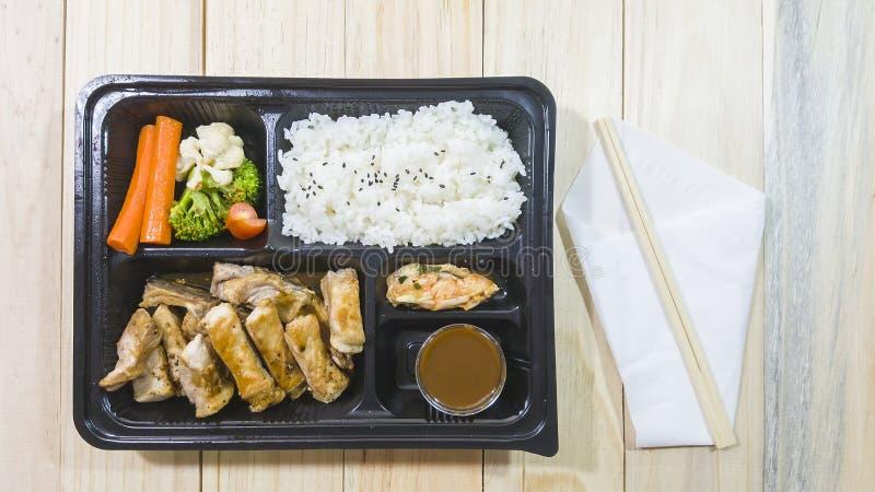 lo stile giapponese della bistecca di kurobuta di braciola di maiale in bento ha messo sulla scatola di plastica immagine stock libera da diritti
