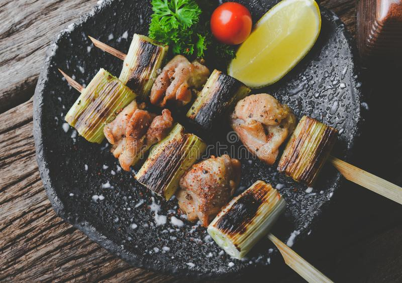 Lo stile giapponese infilza la carne di pollo grigliata immagine stock