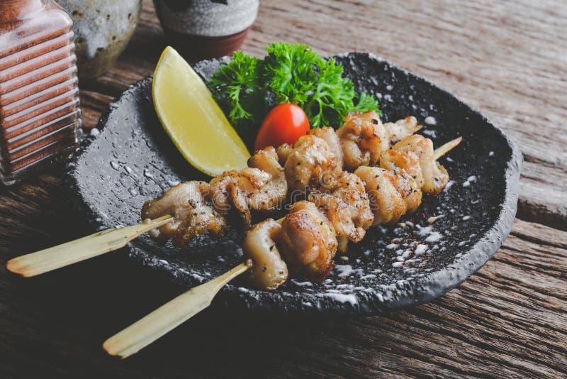 Lo stile giapponese infilza la pelle del pollo grigliata immagine stock