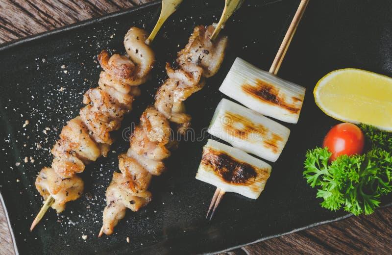 Lo stile giapponese infilza la pelle del pollo grigliata fotografia stock