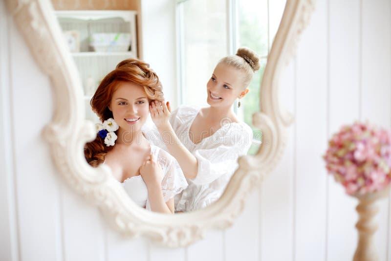 Lo stilista di capelli fa la sposa prima delle nozze immagine stock libera da diritti