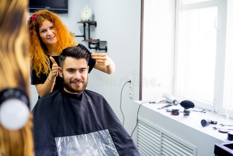 Lo stilista finisce il taglio di capelli fotografie stock libere da diritti