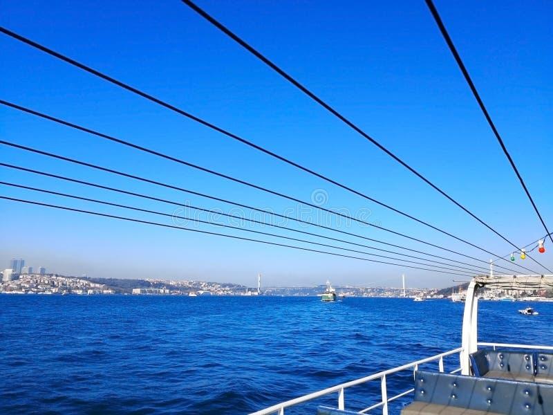 Lo stretto di Bosphorus a Costantinopoli, Turchia 30 marzo 2018: Canottaggio immagini stock