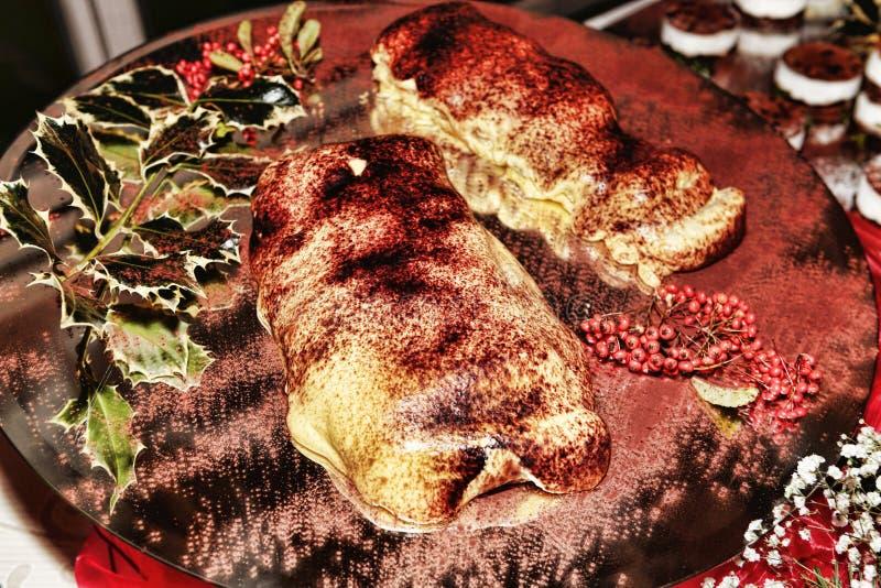 Lo strudel enorme farcito con le mele e decorato con le bacche ed i frutti stagionali con una spruzzatura del cacao in polvere ha immagine stock
