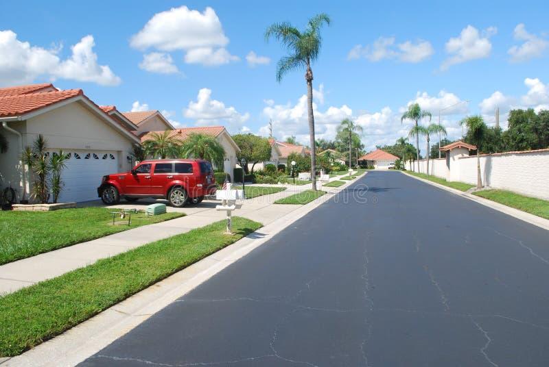 Lo stucco rosso delle mattonelle si dirige intorno ad un piccolo lago a Sarasota, Florida fotografie stock libere da diritti