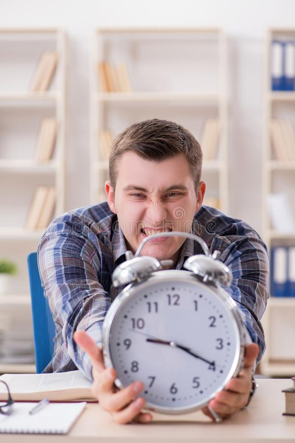 Download Lo Studente Che Ottiene Tardi Con La Preparazione Dell'esame Immagine Stock - Immagine di preparazione, arrabbiato: 117978007