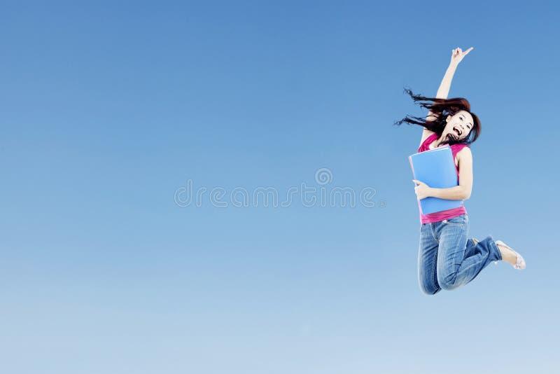 Lo studente di college che salta con il copyspace fotografie stock
