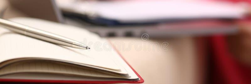 Lo studio della donna annota duro le informazioni al taccuino immagine stock libera da diritti
