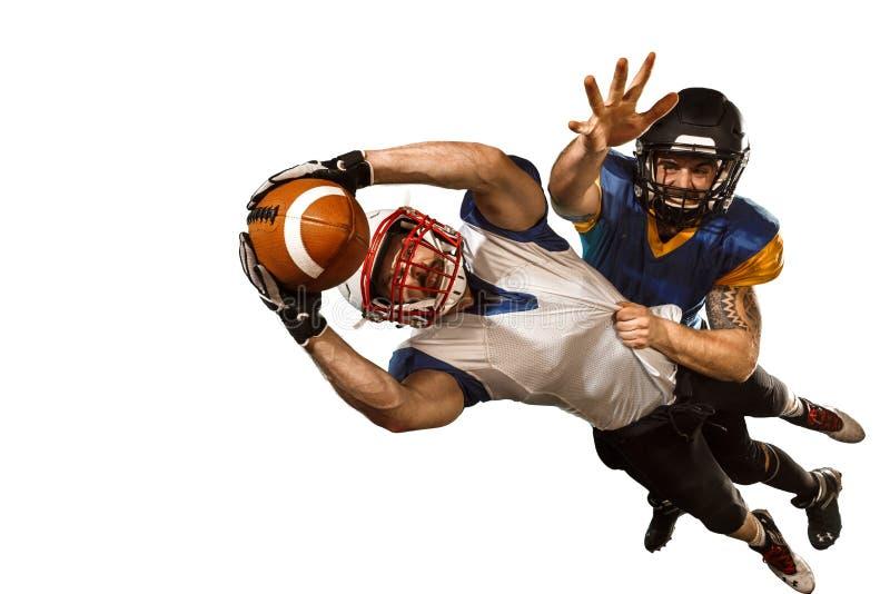 Lo studio di due giocatori di football americano isolato su fondo bianco fotografia stock libera da diritti