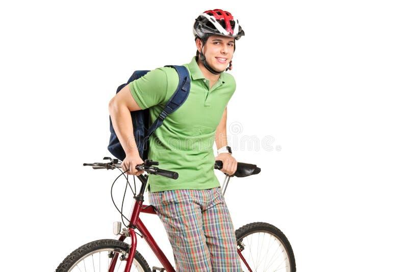 Lo studio ha sparato del giovane con uno zaino e una bici fotografia stock
