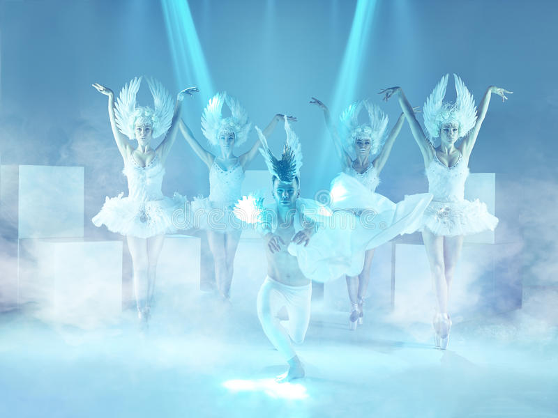 Lo studio ha sparato del gruppo di ballerini moderni su fondo blu fotografia stock