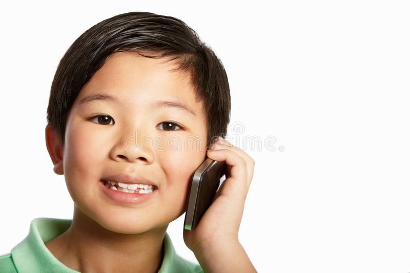 Lo studio ha sparato del ragazzo cinese con il telefono mobile immagine stock
