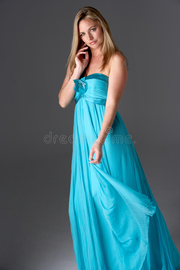 Lo studio ha sparato della donna in vestito da sera blu fotografia stock