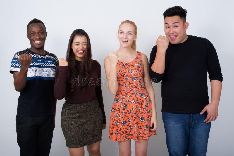 Lo studio ha sparato di diverso gruppo felice di multi smili etnico degli amici immagine stock libera da diritti