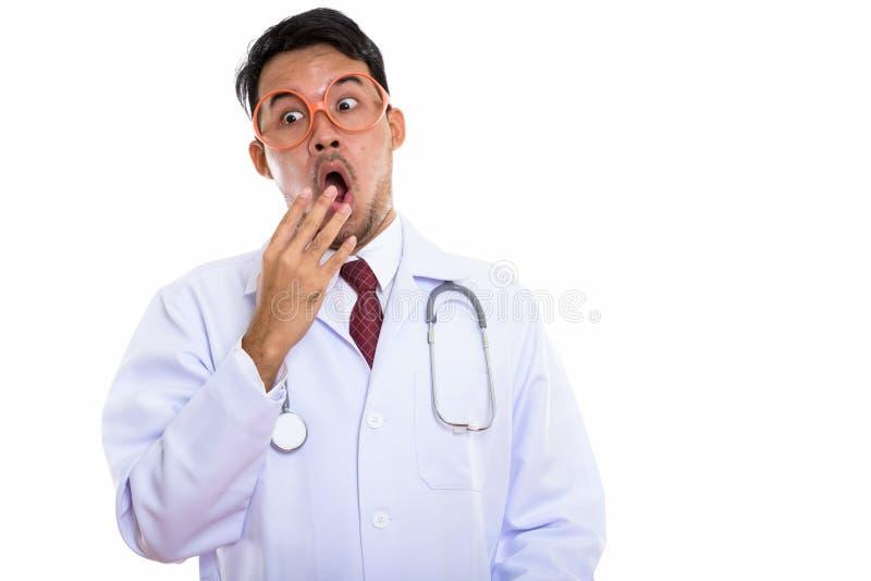 Lo studio ha sparato di sguardo d'uso degli occhiali di giovane medico asiatico dell'uomo fotografia stock