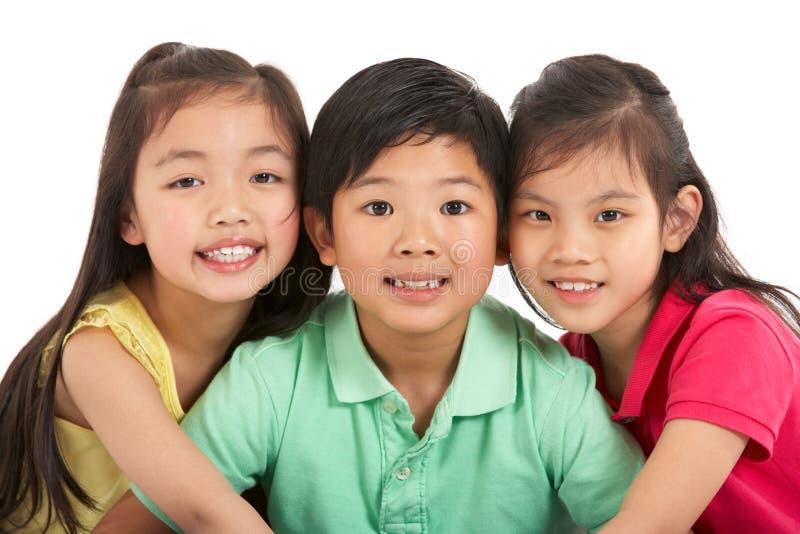 Lo studio ha sparato di tre bambini cinesi fotografia stock