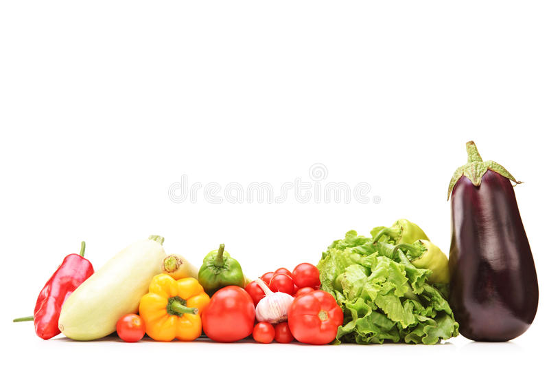 Lo studio ha sparato di una tavola in pieno delle verdure immagine stock