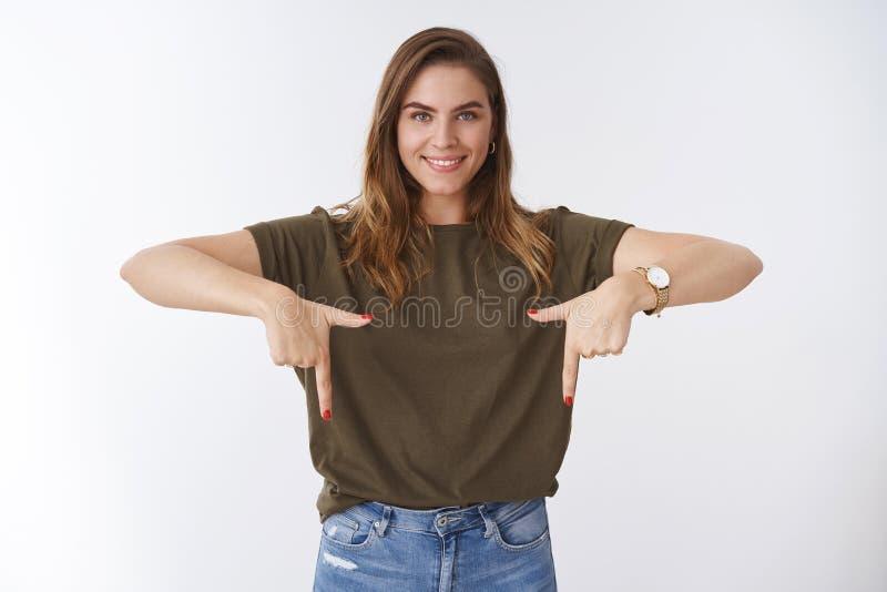 Lo studio ha sparato la maglietta verde oliva acconciatura caucasica sicura uscente piacevole attraente della donna della breve c fotografia stock