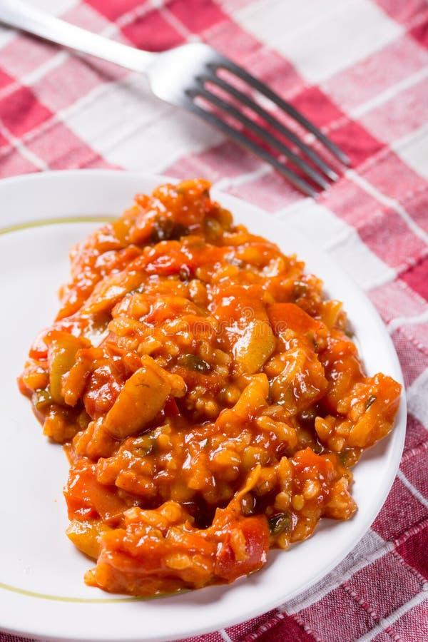 Lo stufato con l'aumento della paprica del pomodoro è servito sulla tavola immagini stock