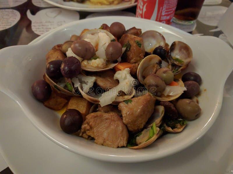 lo stufato ed i frutti di mare della carne di maiale sono servito su un alimento sano del piatto piacevole immagine stock