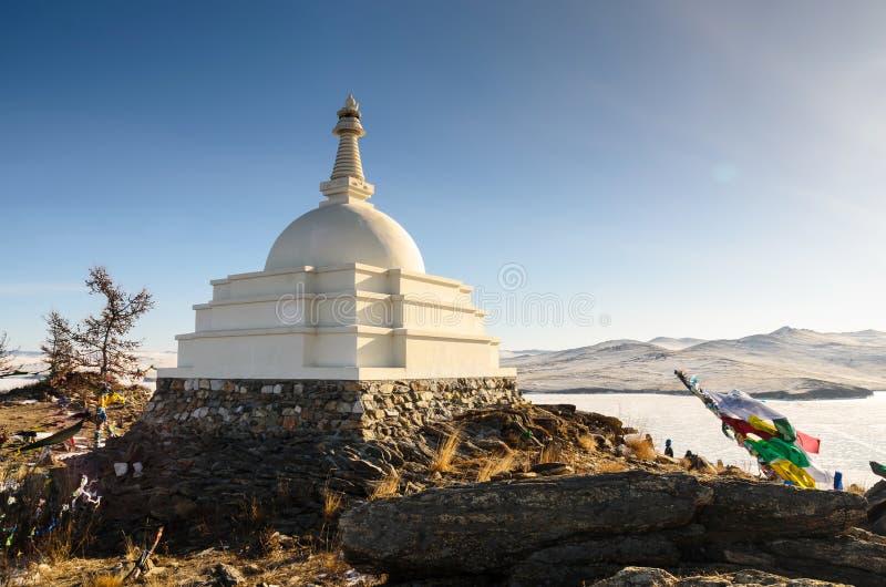 Lo Stupa buddista del chiarimento nell'inverno all'isola di Ogoy lungo il lago Baikal, Irkurtsk, Russia fotografia stock libera da diritti