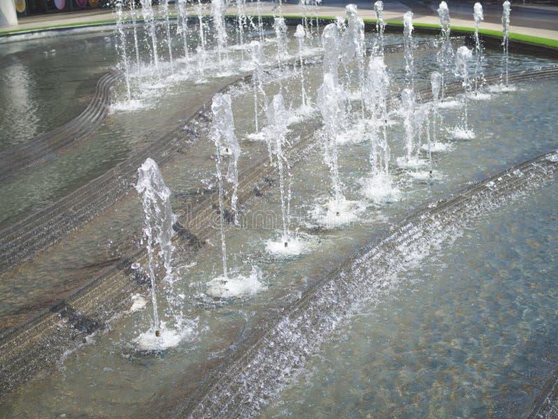 Lo zampillo di acqua da una fontana immagini stock