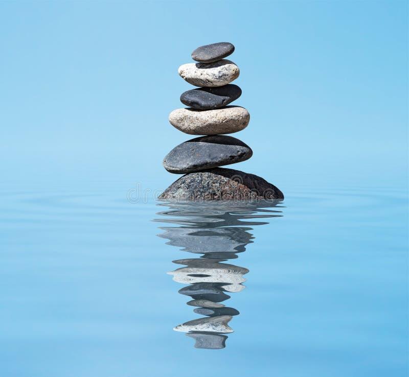 Lo zen ha equilibrato la pila delle pietre nel concetto di silenzio di pace dell'equilibrio del lago fotografia stock libera da diritti
