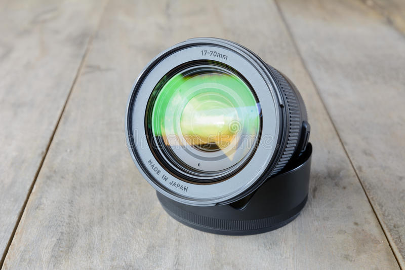 Lo zoom della macchina fotografica len sulla tavola di legno immagine stock libera da diritti
