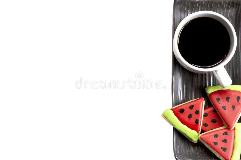 Lo zucchero di forma dell'anguria ha ricoperto i biscotti di Natale ed il caffè nero fotografia stock libera da diritti