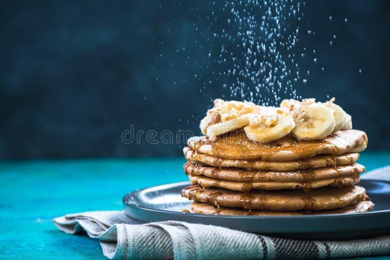 Lo zucchero spruzza sorvolare il mucchio dei pancake Copi lo spazio immagini stock