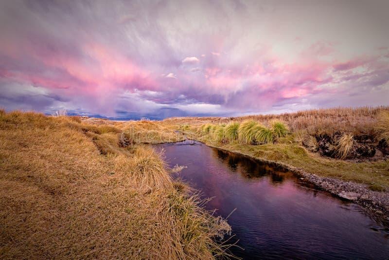 Loa-Fluss zur Dämmerung in atacama Wüste stockfoto