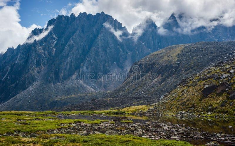 Loaches de Tunkinskie en las montañas de Sayan del este foto de archivo