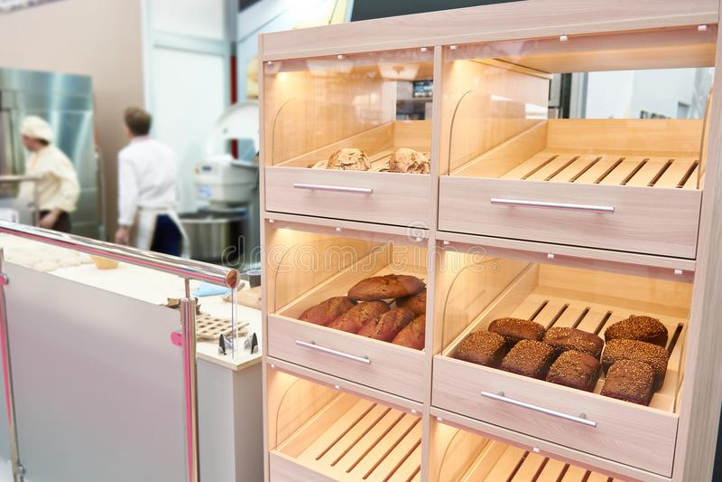 Loaves av bröd på hylla i bageri royaltyfri fotografi