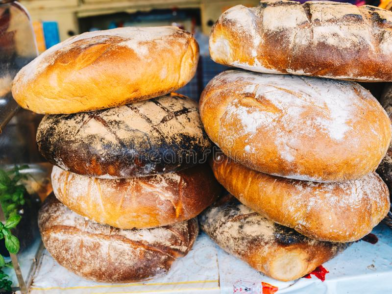 Loaves av bröd som bakas i en traditionell ugn arkivfoto
