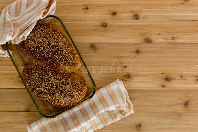 Loaves av nybakat sunt wholegrain bröd royaltyfria foton