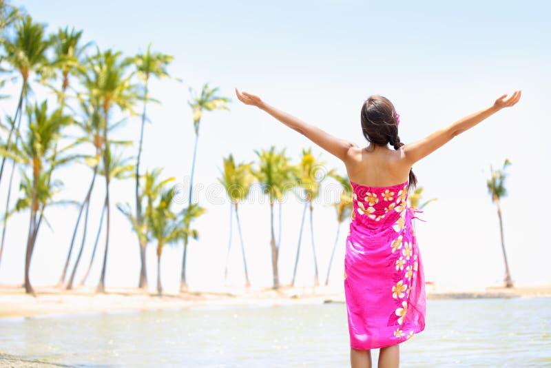 Lob der glücklichen Freiheitsfrau auf Strand in den Sarongen lizenzfreie stockfotografie
